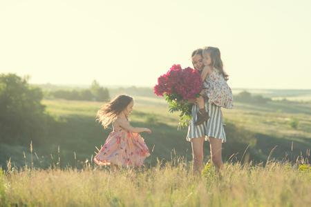 Tanzen glückliche Familie im Sommer Standard-Bild - 81422022