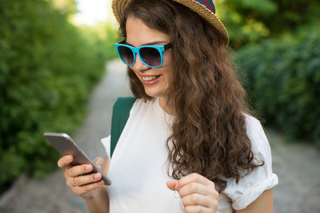 Girl traveler using smartphone on street Stockfoto