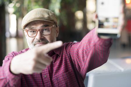 Erwachsener Mann mit Smartphone-Anwendung Standard-Bild - 96606307