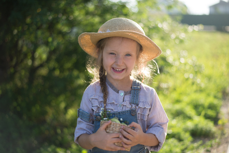 Happy face of little helper girl during fall gardening Stockfoto