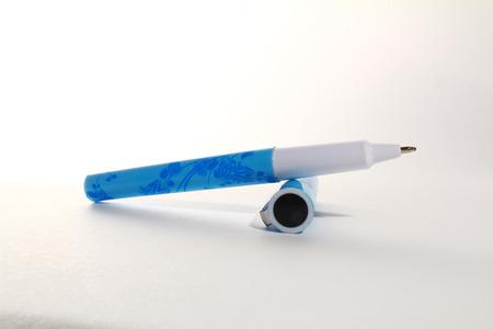 ball pens stationery: de pl�stico azul bol�grafo sobre un fondo blanco Foto de archivo