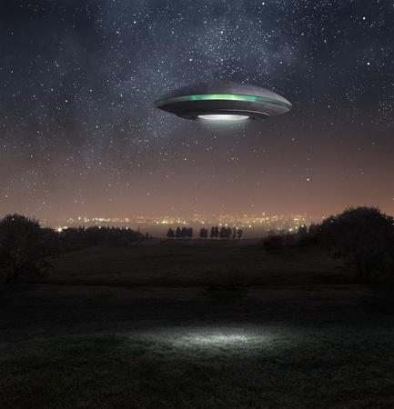Nave espacial extraterrestre se cierne abpve la pradera