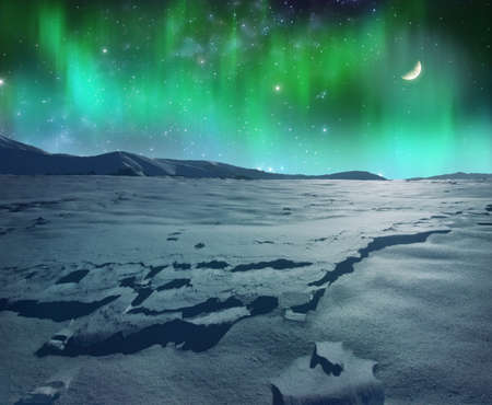 A picture of glowing northern lights over frozen landscape Banque d'images