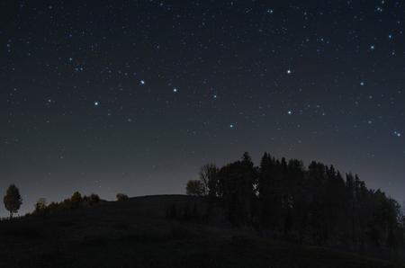 Une photo du ciel étoilé avec la constellation de la Grande Ourse au-dessus de la colline Banque d'images