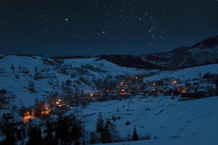 A picture of starry night sky over the snowy village Banque d'images