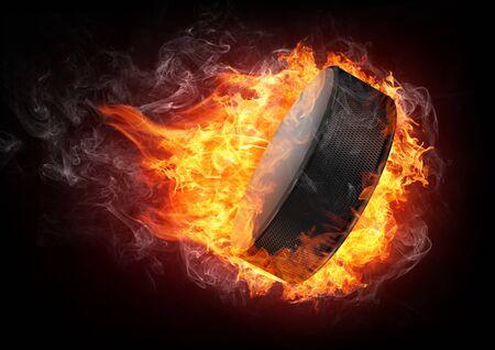hockey sobre hielo: Hockey Puck en fuego aislado en fondo negro