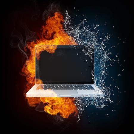 Laptop in Vuur en Water Stockfoto