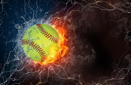 Baseball ball sur le feu et l'eau, avec éclairage autour sur fond noir. Disposition horizontale avec un espace de texte.
