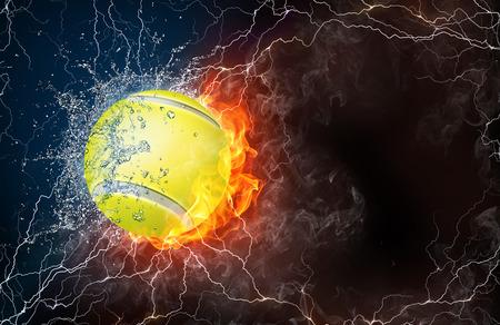 Balle de tennis sur le feu et l'eau, avec éclairage autour sur fond noir. Disposition horizontale avec un espace de texte.