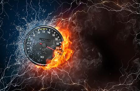 Snelheidsmeter op het vuur en water met bliksem rond op een zwarte achtergrond. Horizontale indeling met ruimte voor tekst.
