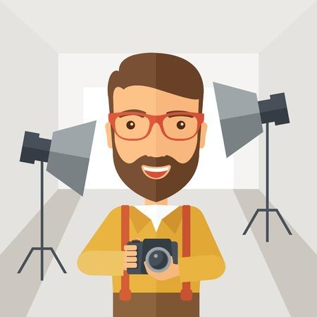 백인 스튜디오 내부의 빛을 준비하는 동안 웃는 사진 작가와 그의 카메라는 사진을 촬영합니다. 파스텔 팔레트, 부드러운 회색 착색 배경으로 현대적