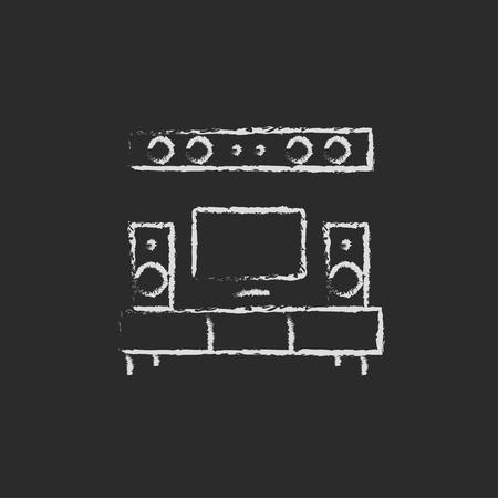 tv scherm: TV flatscreen en home theater met de hand getekend met krijt op een schoolbord vector wit pictogram geïsoleerd op een zwarte achtergrond. Stock Illustratie