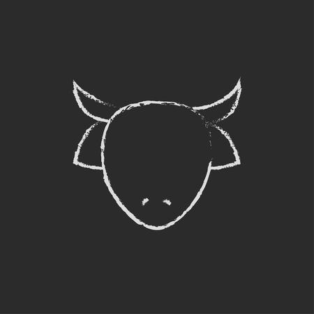 牛ヘッド手が黒い背景に分離された黒板白ベクトル アイコンをチョークで描きます。
