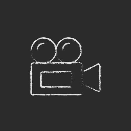 ビデオカメラ手が黒い背景に分離された黒板白ベクトル アイコンにチョークで描かれました。  イラスト・ベクター素材