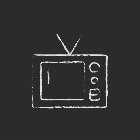 dessin au trait: Rétro main de télévision dessiné à la craie sur un vecteur icône blanche tableau noir isolé sur un fond noir. Illustration