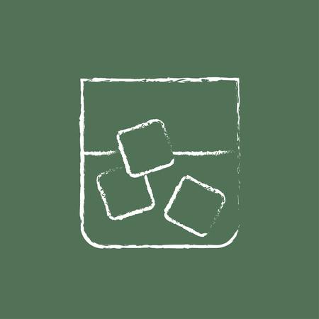 sediento: Vaso de agua con hielo a mano dibujado con tiza en una pizarra blanca icono del vector aislado en un fondo verde. Vectores