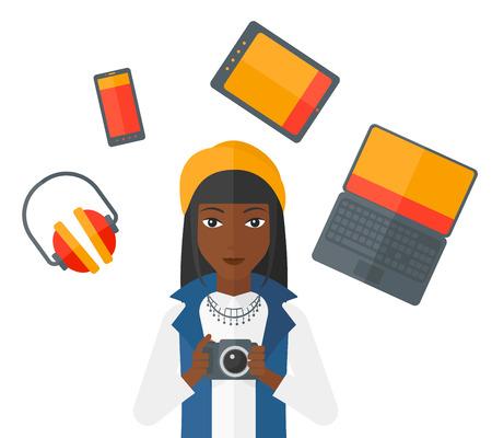 telefono caricatura: Una mujer afroamericana sostiene una cámara y algunos gadgets alrededor de su vector plana, ilustración, diseño aislados sobre fondo blanco. Vectores