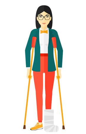 Una mujer herida asiático con la pierna rota de pie con muletas ilustración vectorial diseño plano aislado en el fondo blanco.