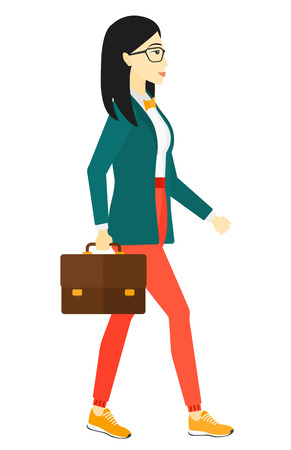 Una mujer de negocios asiática caminar con una ilustración de diseño plano maletín vector aislado en el fondo blanco.