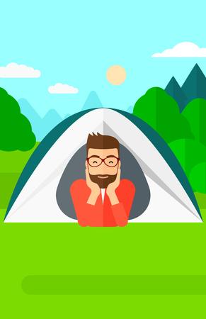 deportes caricatura: Un hombre inconformista de la barba se arrastra hacia fuera de una tienda de campa�a en el fondo de la ilustraci�n del vector bosque dise�o plano. disposici�n vertical. Vectores