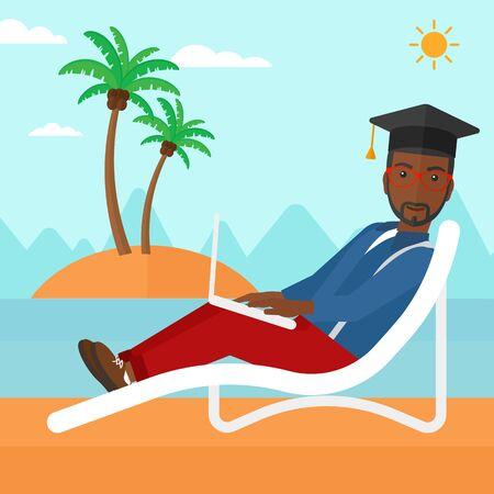graduacion caricatura: Un hombre afroamericano en el casquillo tumbado en la silla larga con el port�til en el dise�o de la ilustraci�n del vector plana playa. de planta cuadrada.