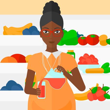 kitchen cartoon: Una mujer embarazada africano-americano que vierte el zumo en un vaso sobre el fondo del refrigerador lleno de frutas y verduras Ilustraci�n del vector del dise�o plano. de planta cuadrada.