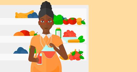 cocina caricatura: Una mujer embarazada africano-americano que vierte el zumo en un vaso sobre el fondo del refrigerador lleno de frutas y verduras Ilustraci�n del vector del dise�o plano. disposici�n horizontal. Vectores