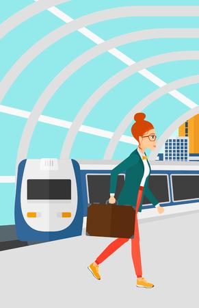 近代的な列車の到着駅ベクトルの平らな設計図の背景にプラットホームで歩く女性。縦型レイアウト。