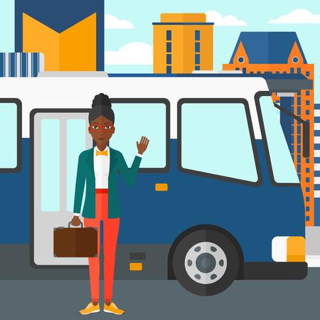 parada de autobus: Una mujer afroamericana de pie en la puerta de entrada del bus en el fondo de la parada de autob�s con los rascacielos detr�s de ilustraci�n vectorial dise�o plano. de planta cuadrada.