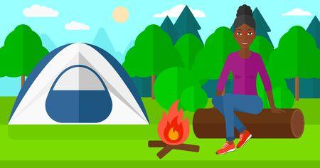 brandweer cartoon: Een Afro-Amerikaanse vrouw zittend op een logboek bij het vuur op de achtergrond van camping met tent vector platte ontwerp illustratie. Horizontale lay-out.