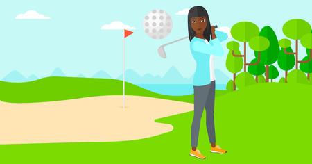 pelota caricatura: Una mujer afroamericana que golpea la pelota en el campo de golf ilustraci�n vectorial dise�o plano. disposici�n horizontal.