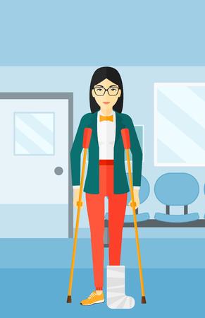 Een Aziatische gewonde vrouw met een gebroken been staan met krukken op de achtergrond van de ziekenhuisgang vector platte ontwerp illustratie. Verticale lay-out. Vector Illustratie