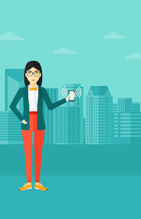 街背景ベクトル フラット デザイン イラストを振動スマート フォンを保持しているアジアの女性。縦型レイアウト。  イラスト・ベクター素材