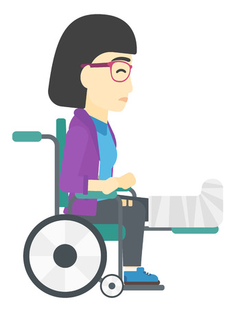 Un paciente con la pierna rota asiático sentado en la silla de ruedas del vector ilustración diseño plano aislado en el fondo blanco.