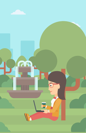 Een vrouw die met kop van koffie in park bestuderen die een laptop vector vlakke ontwerpillustratie gebruiken. Verticale lay-out. Stock Illustratie