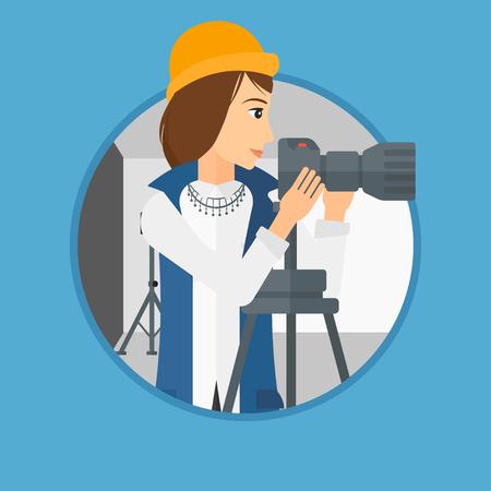 Fotograaf werken met camera op een statief in de fotostudio. Vrouw die foto met professionele digitale camera in de studio. Vector platte ontwerp illustratie in de cirkel geïsoleerd op de achtergrond.