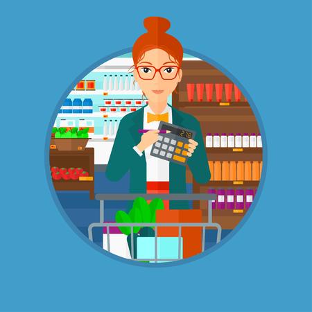 mujer en el supermercado: La mujer en el supermercado con la calculadora y carro de supermercado lleno de productos. Mujer que controla los precios con la calculadora. Vector ilustración de diseño plano en el círculo aislado en el fondo.