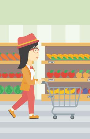 mujer en el supermercado: Una mujer joven asiática que empuja carrito de supermercado vacío. Mujer de compras en el supermercado con el carro. Mujer que recorre con la carretilla en el pasillo en el supermercado. Vector de diseño plano ilustración. disposición vertical.