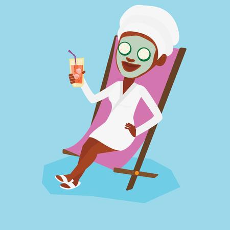 美容マスクと彼女の頭の長椅子で横になっているとカクテルを飲みにタオルの女性。女性サロンでリラックス。美容トリートメントを持つ少女。ベ