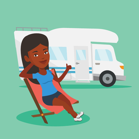Mujer afroamericana sentada en una silla plegable y dando pulgar en el fondo de la caravana. Joven disfrutando de sus vacaciones en autocaravana. Vector ilustración de diseño plano. Diseño cuadrado Vectores