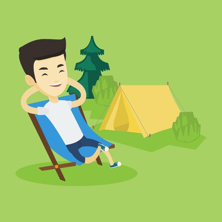 キャンプに折りたたみ椅子に座っている男。