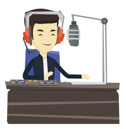 Aziatische radio DJ in hoofdtelefoon die aan een radiostation werkt. Radio DJ werkt voor microfoon, computer en mengpaneel op radio. Vector platte ontwerp illustratie op een witte achtergrond. Vector Illustratie