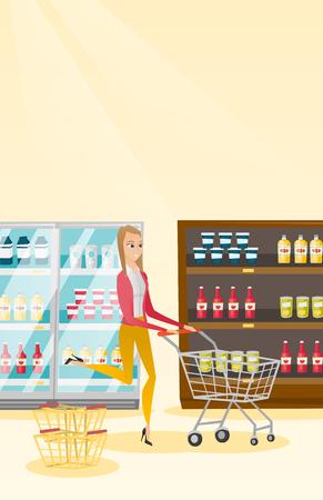 mujer en el supermercado: Mujer caucásica que se ejecuta con la carretilla en la tienda.