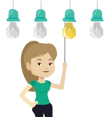 Kaukasische zakelijke vrouw overschakelen op opknoping idee gloeilamp. Jonge vrolijke zaken vrouw trekt een lichtschakelaar. Bedrijfs idee concept. Vector platte ontwerp illustratie op een witte achtergrond