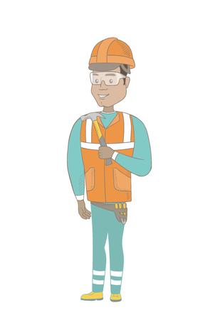手にハンマーを持ってハード帽子のヒスパニック系の笑顔大工。ハンマーで若い大工の全長。