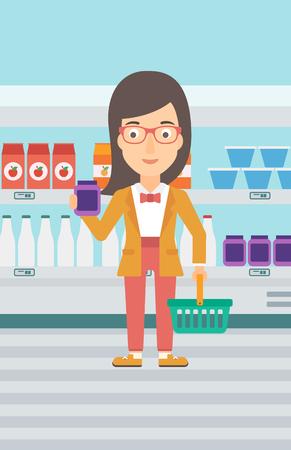 Una mujer que sostiene una canasta de compras en una mano y un producto de leche en otro en el fondo de estanterías del supermercado vector la ilustración plana del diseño. Disposición vertical.