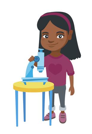 Gelukkig weinig Afrikaans-Amerikaans schoolmeisje die experiment met een microscoop leiden. Glimlachend schoolmeisje dat zich dichtbij een microscoop bevindt. Vector schets cartoon illustratie geïsoleerd op een witte achtergrond. Stock Illustratie
