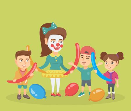 Trois enfants caucasiens heureux et jeune animateur faisant une figure de longs ballons à la fête des enfants. Groupe d'enfants et animateur jouant avec des ballons. Illustration de dessin animé de vecteur. Disposition carrée.