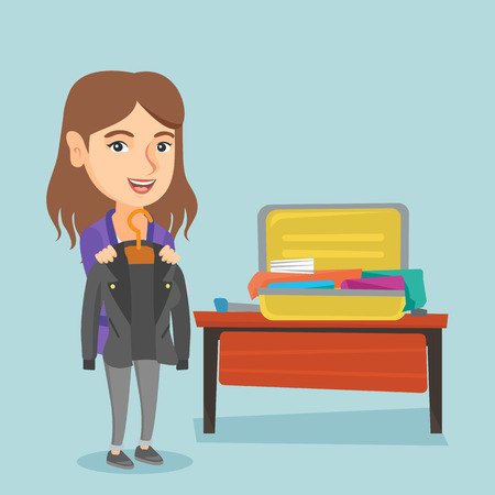 Jeune femme caucasienne, emballant ses vêtements dans une valise ouverte. Femme souriante mettant une veste dans une valise. Femme joyeuse prépare pour les vacances. Illustration de dessin animé de vecteur. Disposition carrée. Banque d'images - 87695256