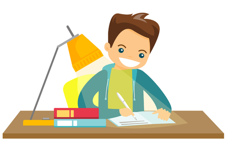 Colegial blanco caucásico joven que se sienta en la tabla y que hace la preparación en casa. Niño escribiendo en el libro de ejercicios. Ilustración de dibujos animados de vector aislado sobre fondo blanco.